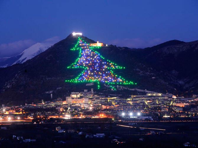 Самые креативные новогодние ёлки. Губбио, Италия. Самая масштабная инсталляция елки на холме.