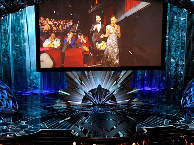Кому и как вручали «Оскар». Ведущий Джимми Киммел и актриса Галь Гадот на экране во время церемонии вручения кинопремии «Оскар». Фото: www.gazeta.ru
