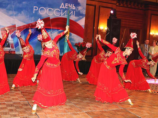 В Алматы состоялся прием, посвященный Дню России и 200-летию русского балета. Казахский танец- фото Светланы Карягиной