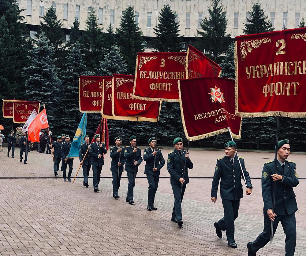 В Алматы прошли мемориальные мероприятия, посвящённые 78-й годовщине начала Великой Отечественной войны. Колонна со знаменами фронтов