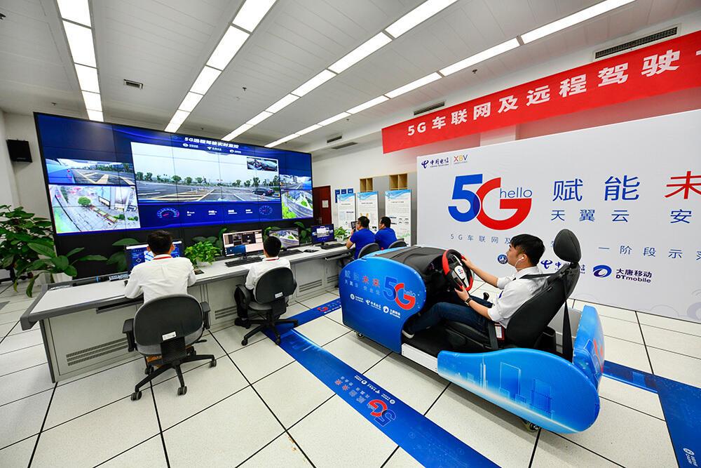 Упорное и смелое движение вперед в новую эпоху. В 2019 году Китай вступил в первый год коммерческого использования 5G. На фото: В расположенной в г. Чунцин лаборатории Института автомобильной инженерии Китая специалист-технолог на тренажере-симуляторе управляет автомобилями на городских дорогах при помощи системы дистанционного управления 5G.