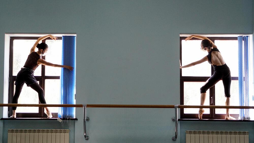 Балетная труппа ГАТОБ им. Абая на утреннем уроке. Карантин по коронавирусу . Фото:Эрик Куватов
