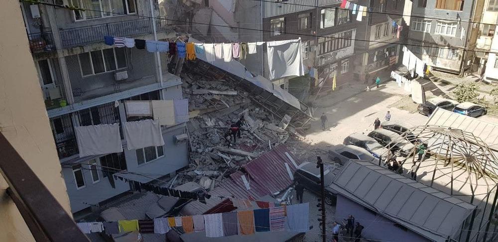 Батумиде бес қабатты тұрғын үйдің бір бөлігі құлады. Сурет: Фото:Telegram/@batumchik