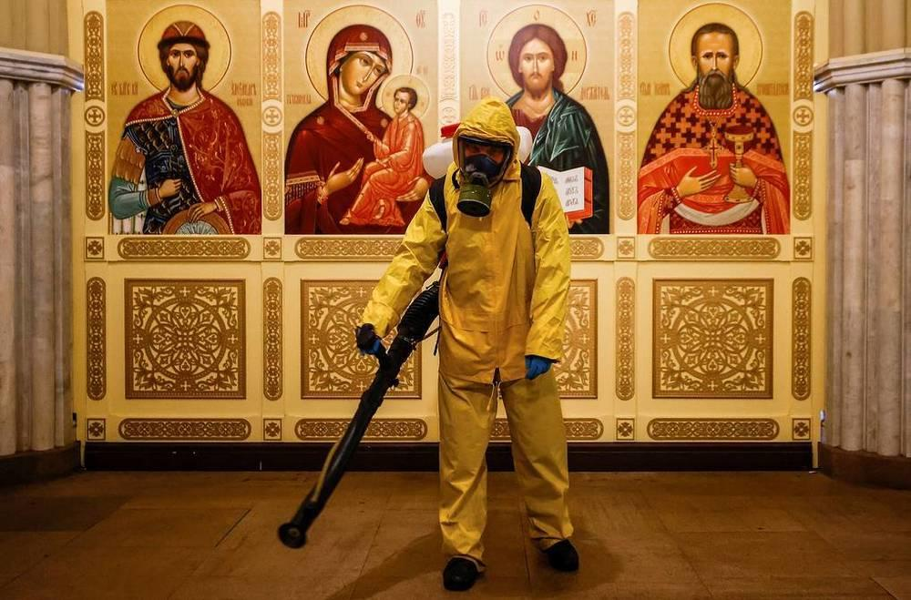 This week in photos: Peresild's return from ISS, chapel disinfection, McGregor's waxwork. Images | A worker in overalls disinfects the chapel building at the Leningradsky railway station in Moscow, October 19. In connection with the increase in the number of infections and the deterioration of the epidemiological situation in the city, non-working days were announced from October 28 to November 7. Cafes and restaurants, shopping centers and non-food stores, as well as service organizations will be closed, and schoolchildren will go on vacation | tass.com